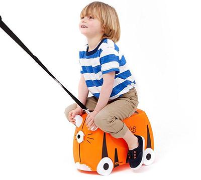 enfant sur la valise trunki tigre