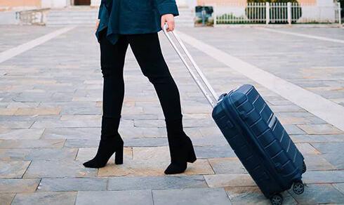 madame avec une valise samsonite flux navy blue